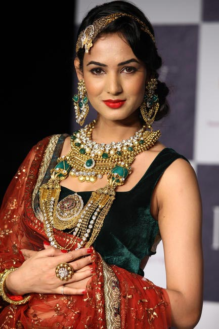 IIJW 2012 - Sonal Chauhan -Walking The ramp for Deepti & Amisha 2
