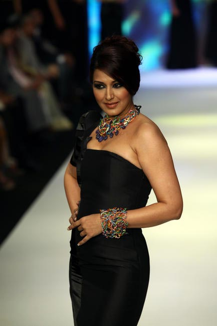 IIJW 2012- Sonali Bendre walking the ramp for Anand Shah