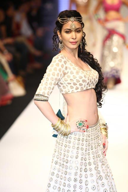 IIJW 2012 - Walking the ramp for Gitanjali (Sangini) - Ankita Shorey