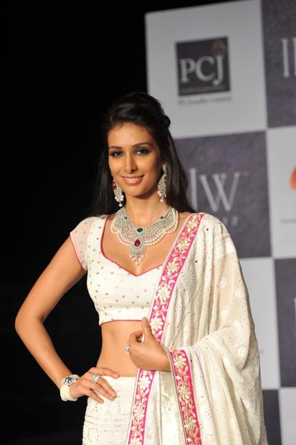 Preeti Desai looking fabulous in Neeta Lulla's jewellery at IIJW 2012