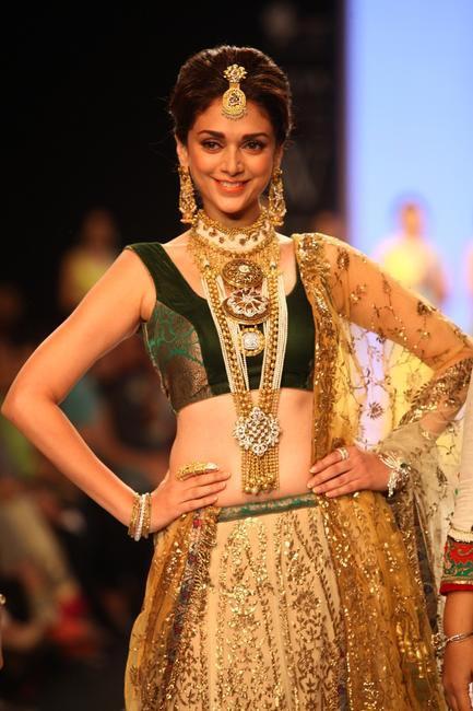 IIJW 2013 - Designers Dipti Amisha had Aditi Rao Hydari showcase their designs