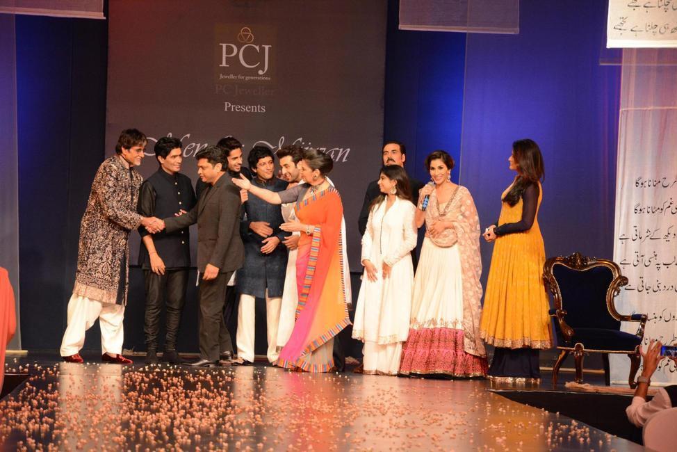 The final picture of the Mijwan show 2014 - Amitabh Bachchan, Manish Malhotra, Owner- PCJ, Sidharth Malhotra, Farhan Akhtar, Ranbir Kapoor, Shabana...