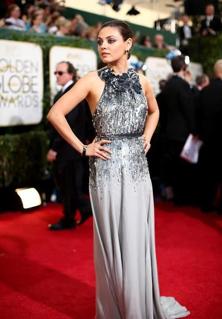 Mila Kunis chose a grey Gucci dress and Gemfields jewels - Golden Globe Awards 2014