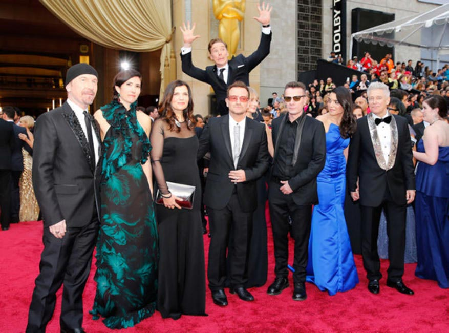 Benedict Cumberbatch photobombs the U2 photo on the 2014 Oscars Red Carpet