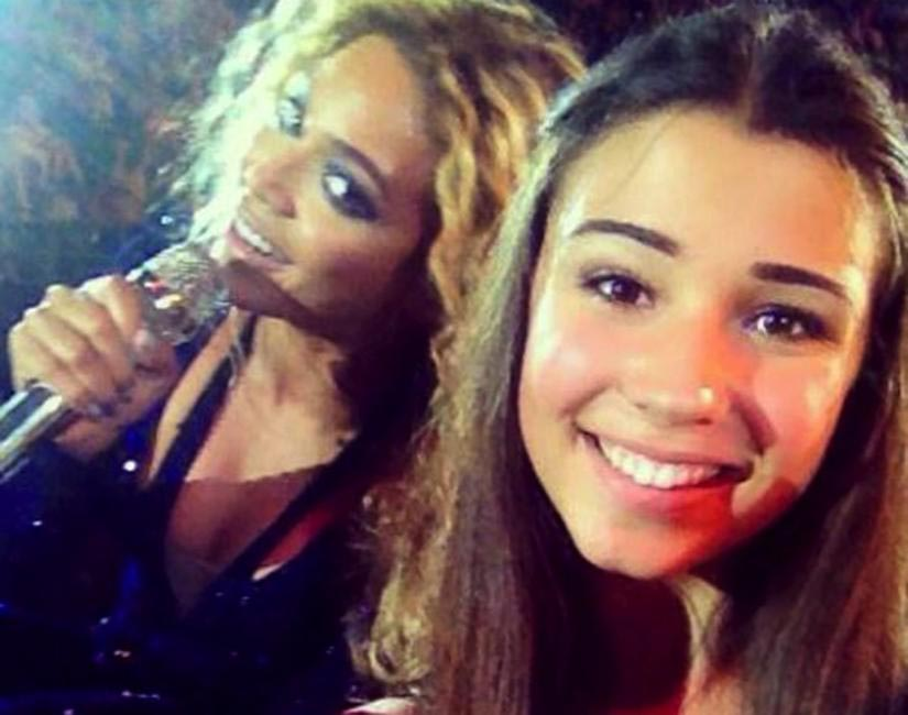 Beyonce photobombed a fan's phot during a concert