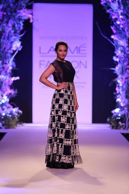 Gorgeous Sonakshi Sinha walked the ramp for Manish Malhotra - LFW Summer Resort 2014