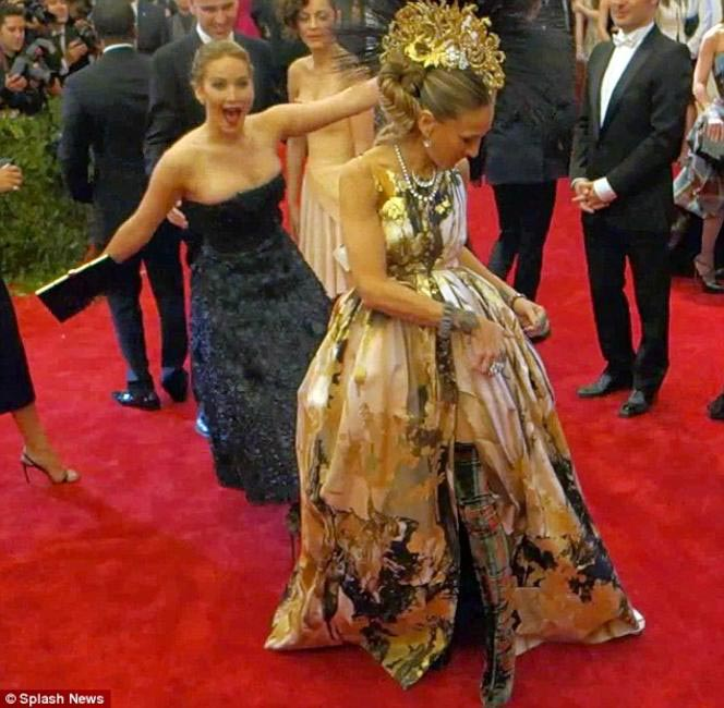 Jennifer Lawrence photobombs Sarah Jessica Parker's red carpet moment