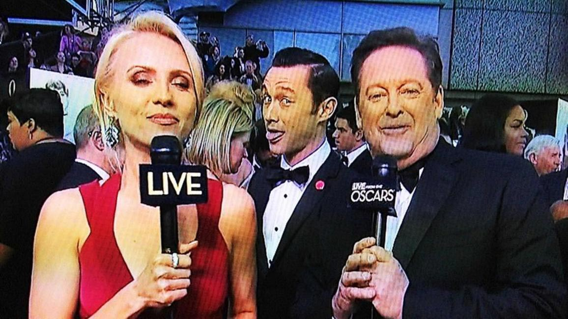 Joseph Gordon Levitt Photobombs the Oscars coverage