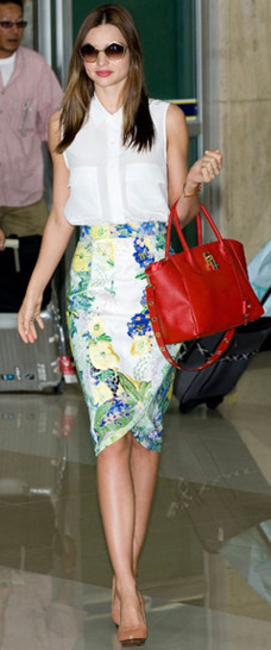 PRINT ATTACK - Miranda Kerr wearing a floral pencil skirt