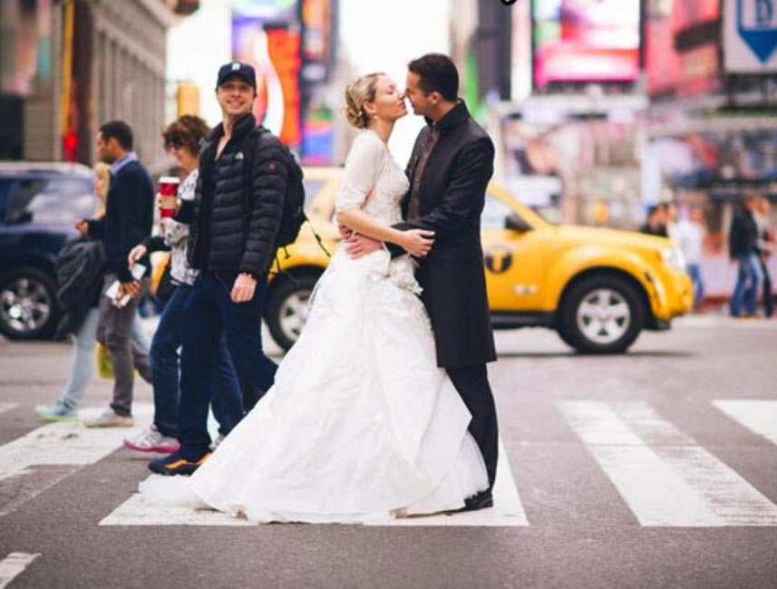 Zach Braff is the original photobomber - He photobombed a couple's wedding photo in New York City