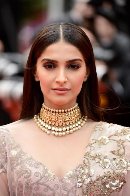 Almost nude pink lips and powerful dark eyes work brilliantly with Sonam Kapoor's Anamika Khanna outfit. Makeup- Loreal Paris at Cannes