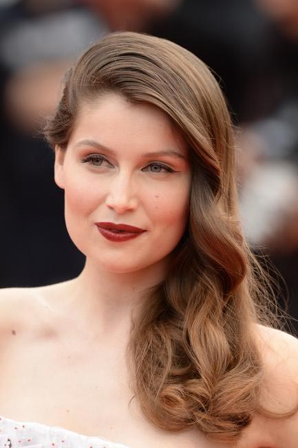 Laetitia Casta knows how to sport gorgeous skin. She opted for winged liner, deep lips and side soft curls just sitting so delicately on her shoulde...