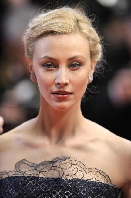Sarah Gadon looked gorgeous in messy braided bun and oxblood-meet-brown lips (Dior Addict - Nude N°333 to be precise) with Just a hint of light eye...