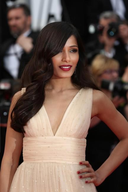 Soft waves, maroon lips make Freida Pinto look ethereal. Make up by L'Oreal Paris at Cannes 2014
