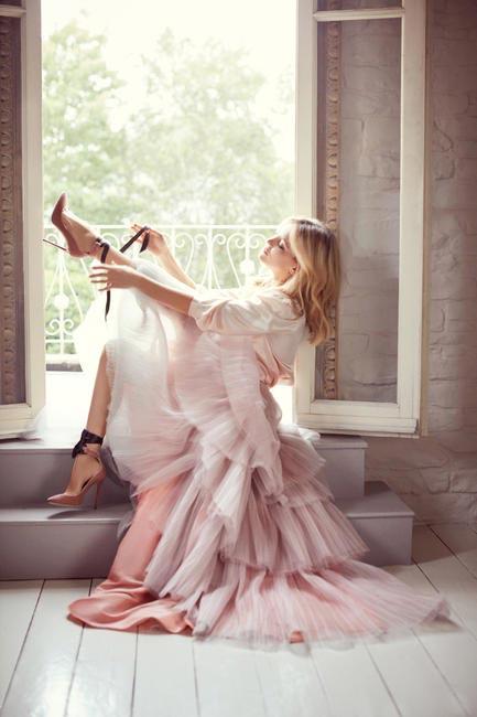 Kate Hudson wears the Rosana Pump